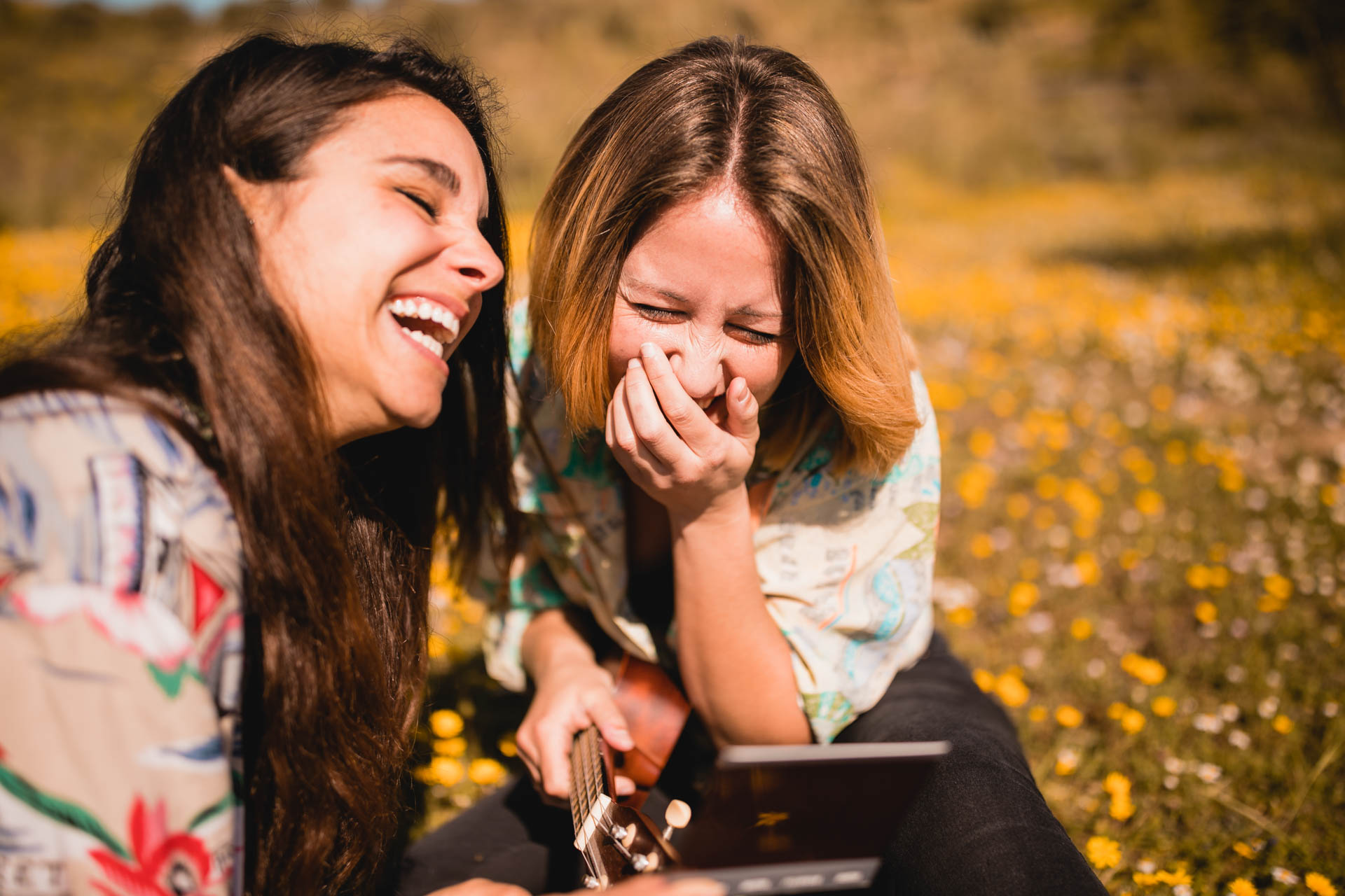 Lachende Mädchen schauen auf Handy